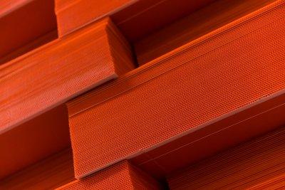 Material im Detail - hier durchgefärbte Hohlkammerplatten.