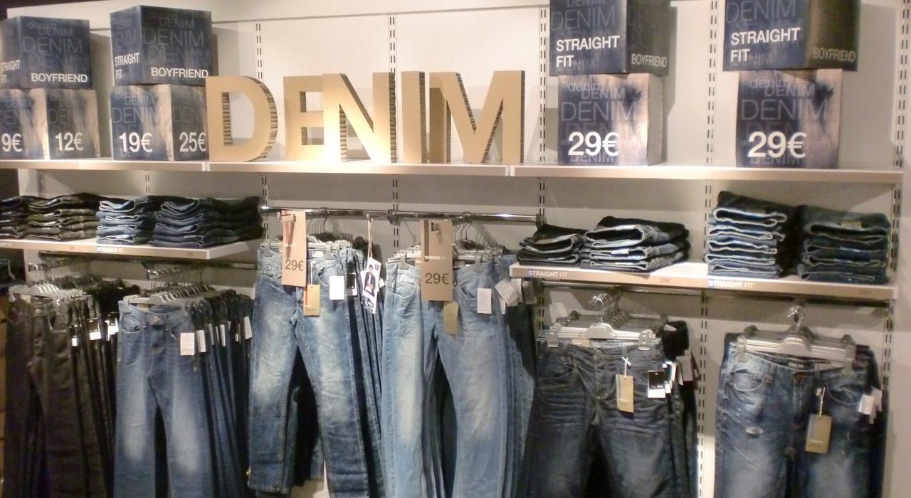 Denim Schriftzug aus 3D-Buchstaben für Takko fashion. Material Wabenkammer-Karton.