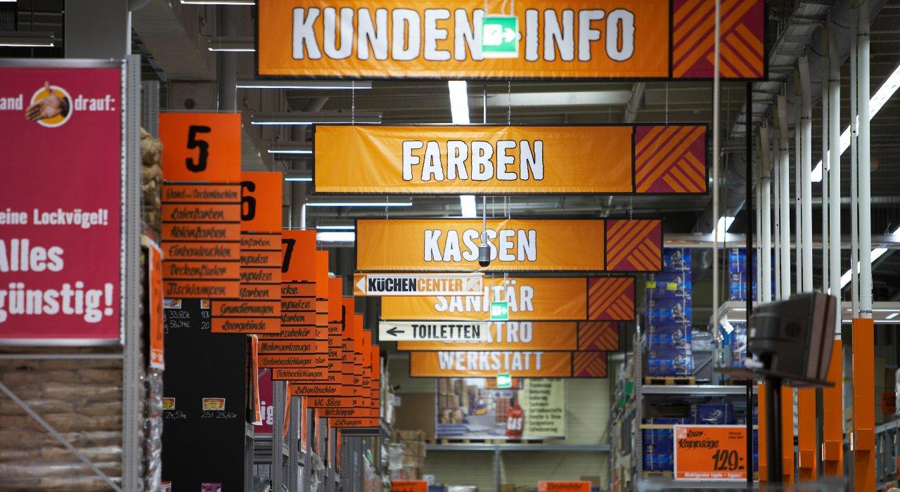 Hornbach Regalbeschilderung und Gangfahnen zur Bereichsbeschilderung und Kundennavigation.