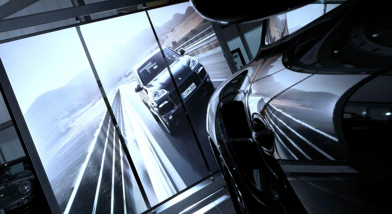 Porsche mehrteilige Rückwand für den Verkaufsraum.
