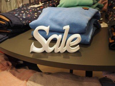 3D-Schriftzug SALE aus XPS-Schaum stand-alone, konturgeschnitten für die Dekoration von Regalen und Verkaufstischen.
