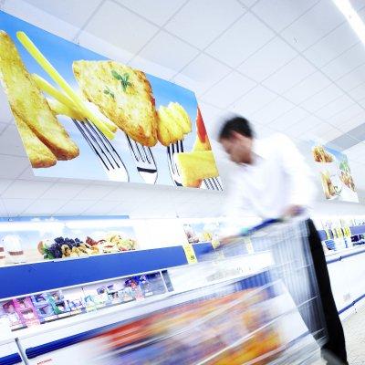 Stimmungsbild und Deckenhänger Foodretailer aus Hartschaum, digital bedruckt, von der Decke abgehängt.